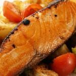 Gebratener Lachs auf Schmorgemüse